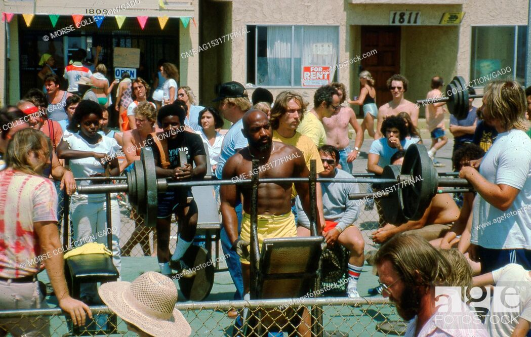Imagen: People exercising at the Muscle Beach Gym outdoor weight pen, located on Ocean Front Walk in Venice, California, June, 1978.