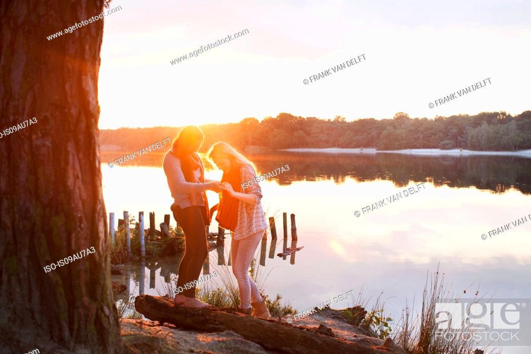Photo de stock: Friends enjoying lake at sunset.