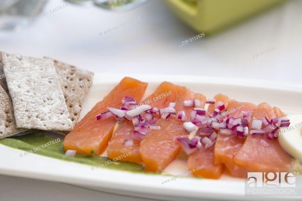 Imagen: marinated salmon for starter on table.