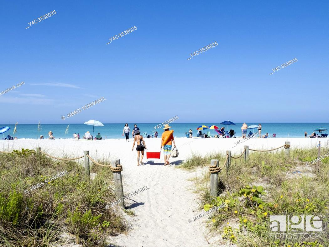 Imagen: Entrance walkway to Blind Pass Beach on Manasota Key on the Gulf of Mexico in Englewood FLorida in the United States.
