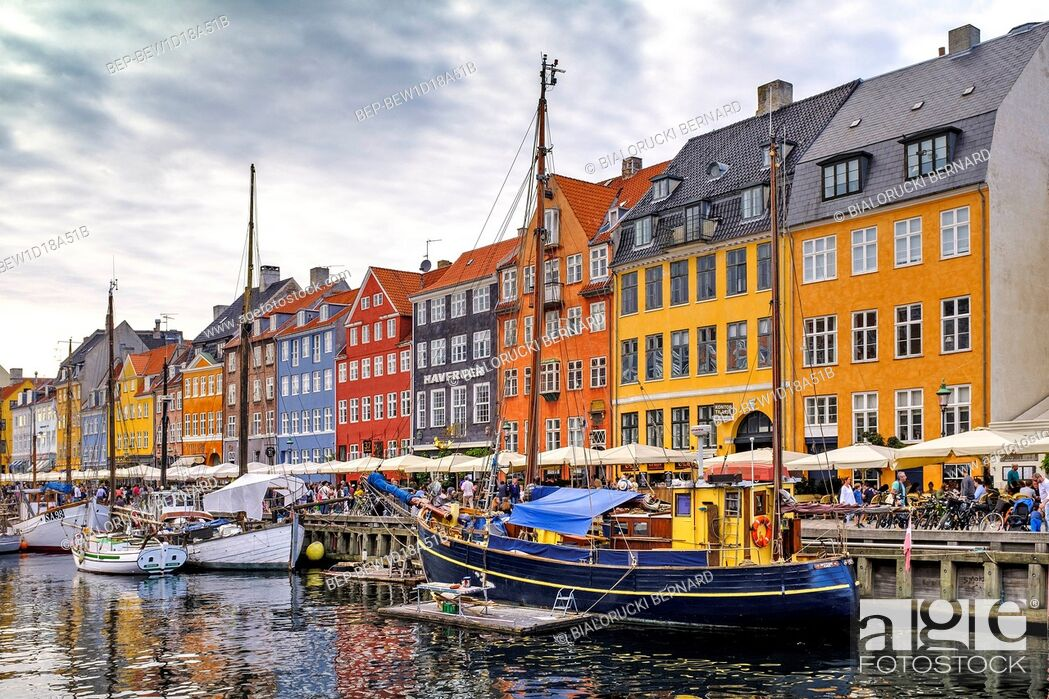 Stock Photo: Dania - region Zealand - Kopenhaga - panorama centrum miasta - kanal Nyhavn, lodzie i kamienice dzielnicy Nyhavn Denmark - Zealand region - Copenhagen city.