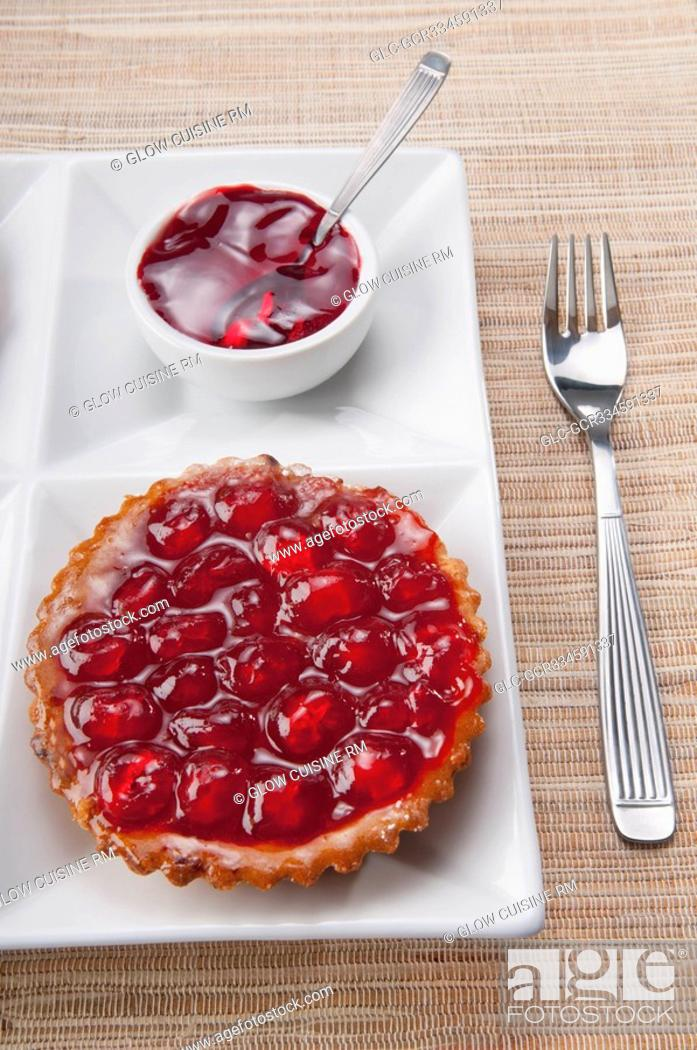Imagen: High angle view of a strawberry tart.