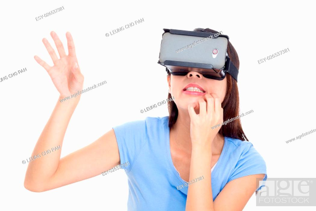 Imagen: Young woman looking though virtual reality device.