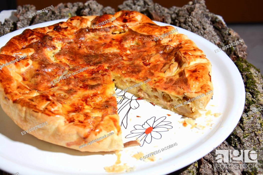 Photo de stock: savory pie stuffed with ham mozzarella cheese.