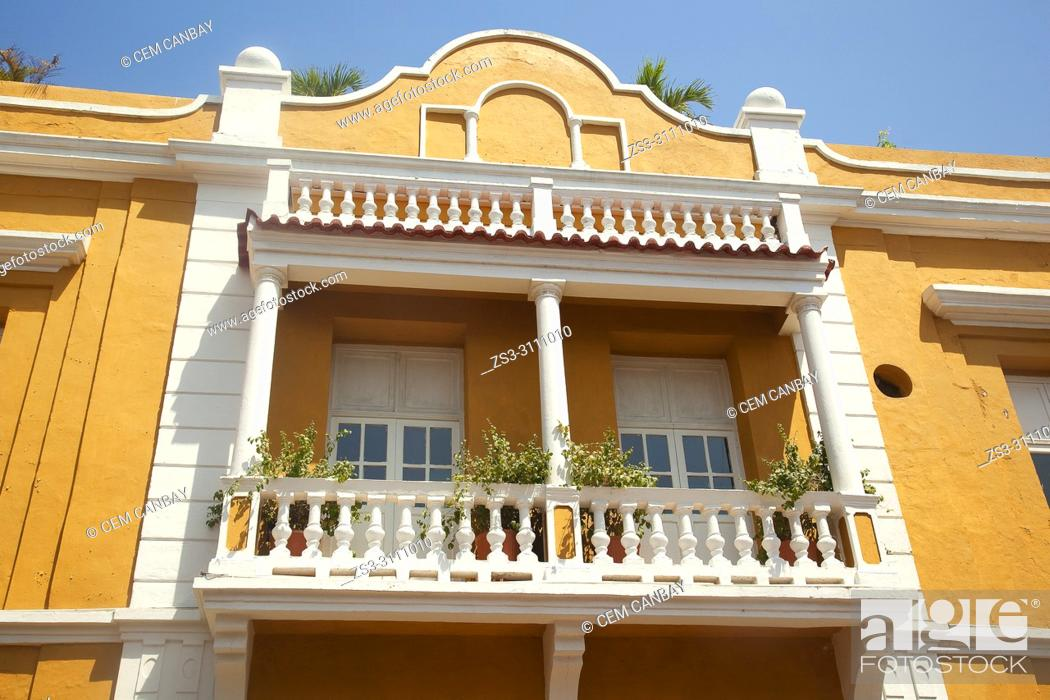 Imagen: View to the balcony on the facade of a colonial buildig at the historic center, Cartagena de Indias, Bolivar, Colombia, South America.