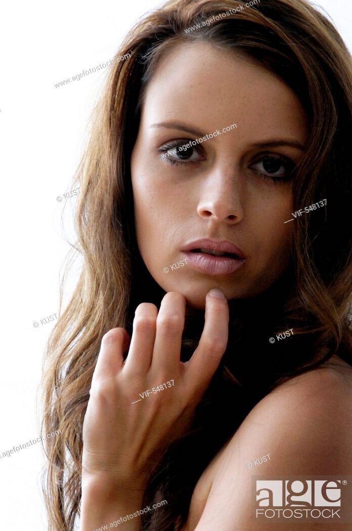 Imagen: Portrait einer dunkelhaarigen, jungen Frau. - Niederoesterreich, Ísterreich, 14/08/2007.
