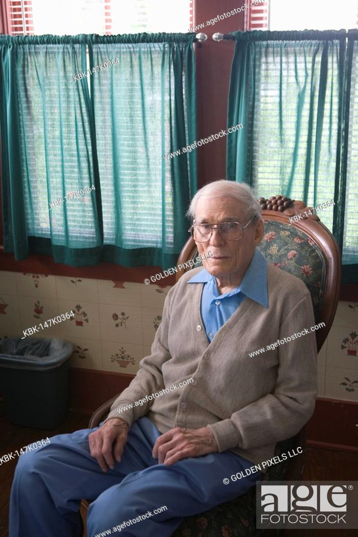 Imagen: Senior man sitting in chair.