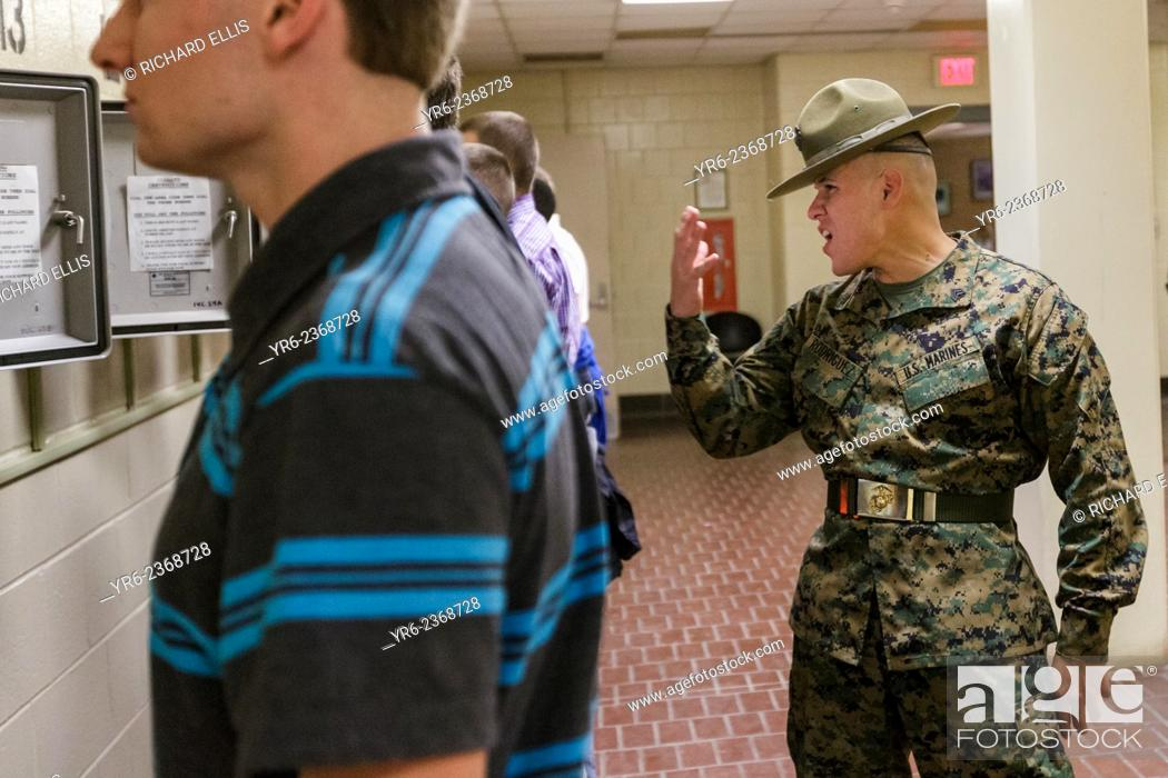 Imagen: US Marine Corps Drill Instructors direct newly arrived recruits through receiving at Marine Corps Recruit Depot Parris Island to begin 13 weeks of boot camp.