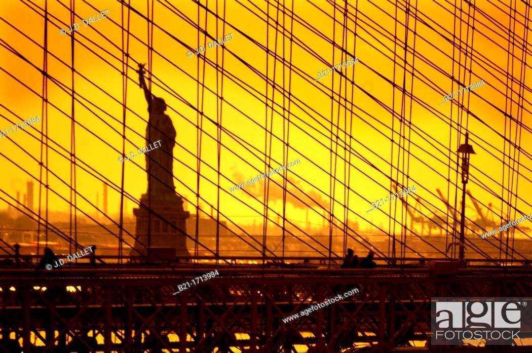 Stock Photo: USA, New York, statue of the Liberty behind the Brooklyn bridge.