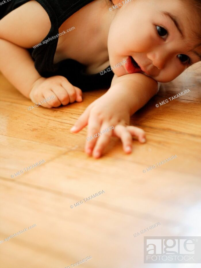 Imagen: Close-up of a baby girl lying on the floor.