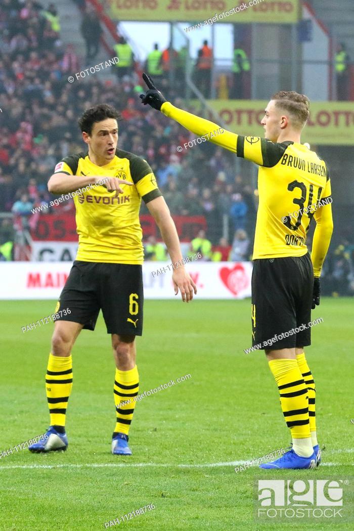 Stock Photo: Mainz, Germany November 24, 2018: 1. BL - 18/19 - FSV FSV FSV Mainz 05 vs. Bor. Dortmund v.li. Thomas Delaney (Dortmund) in conversation with Jacob Bruun Larsen.