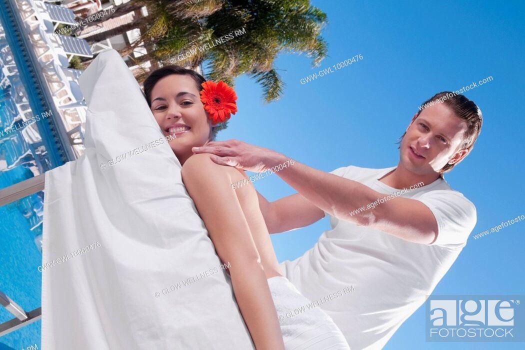 Imagen: Woman receiving back massage from a massage therapist.