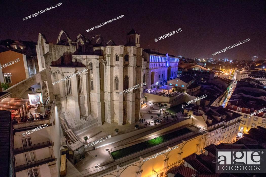 Imagen: night Carmo Convent Monastery Baixa Chiado Lisbon Portugal.