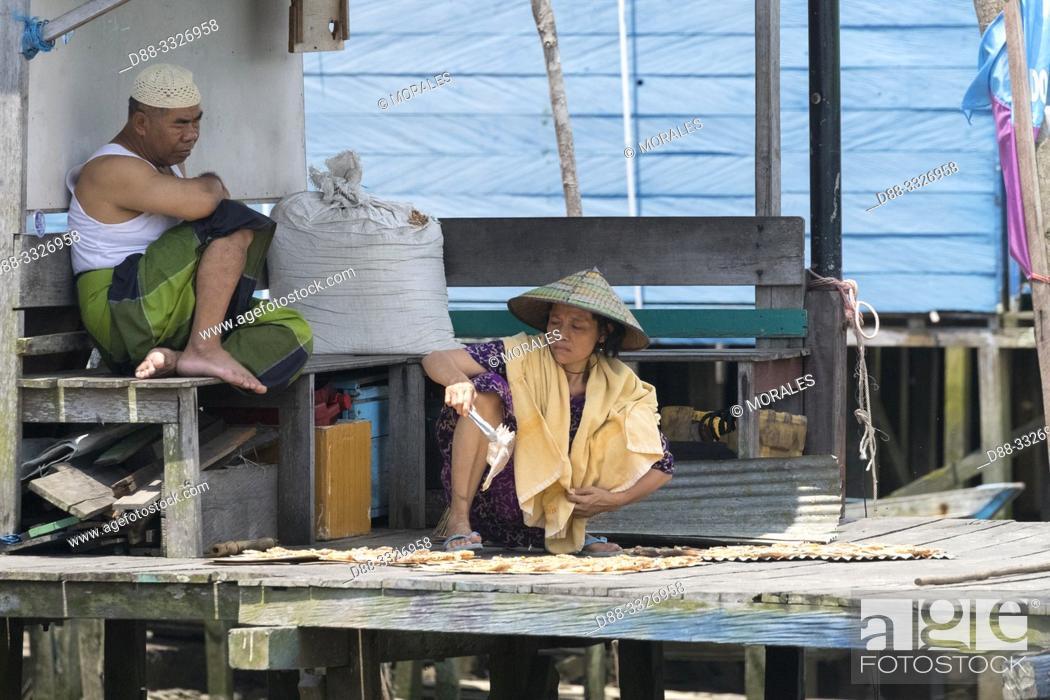 Stock Photo: Asie, Indonésie, Bornéo,Kalimantan, Ville de Kumai, séchage du poissonet pêche au filet / Asia, Indonesia, Borneo, Tanjung Puting National Park,Town of Kumai.