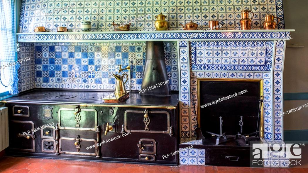 Imagen: Blue-tiled kitchen in the house of Claude Monet, painter and founder of French Impressionist painting at Giverny, Eure department, Normandy, France.