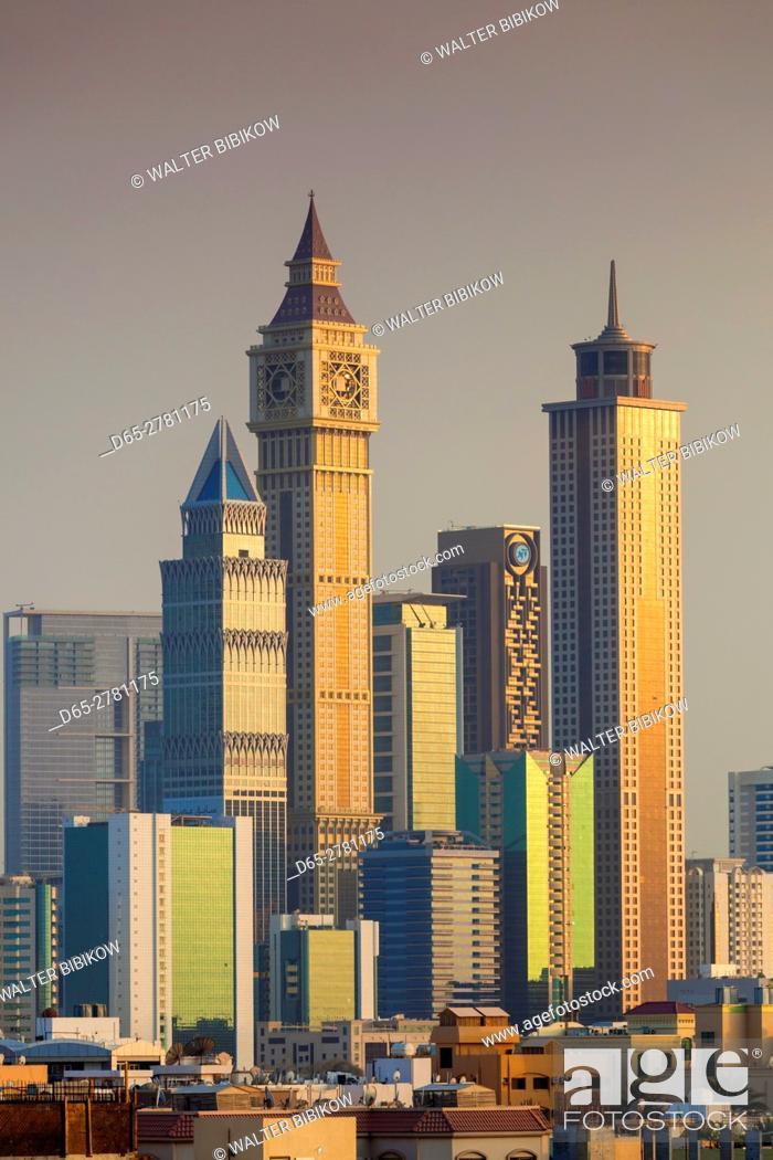 Photo de stock: UAE, Dubai, Jumeira, skyscrapers along Sheikh Zayed Road, skyline from Jumeira, dusk.