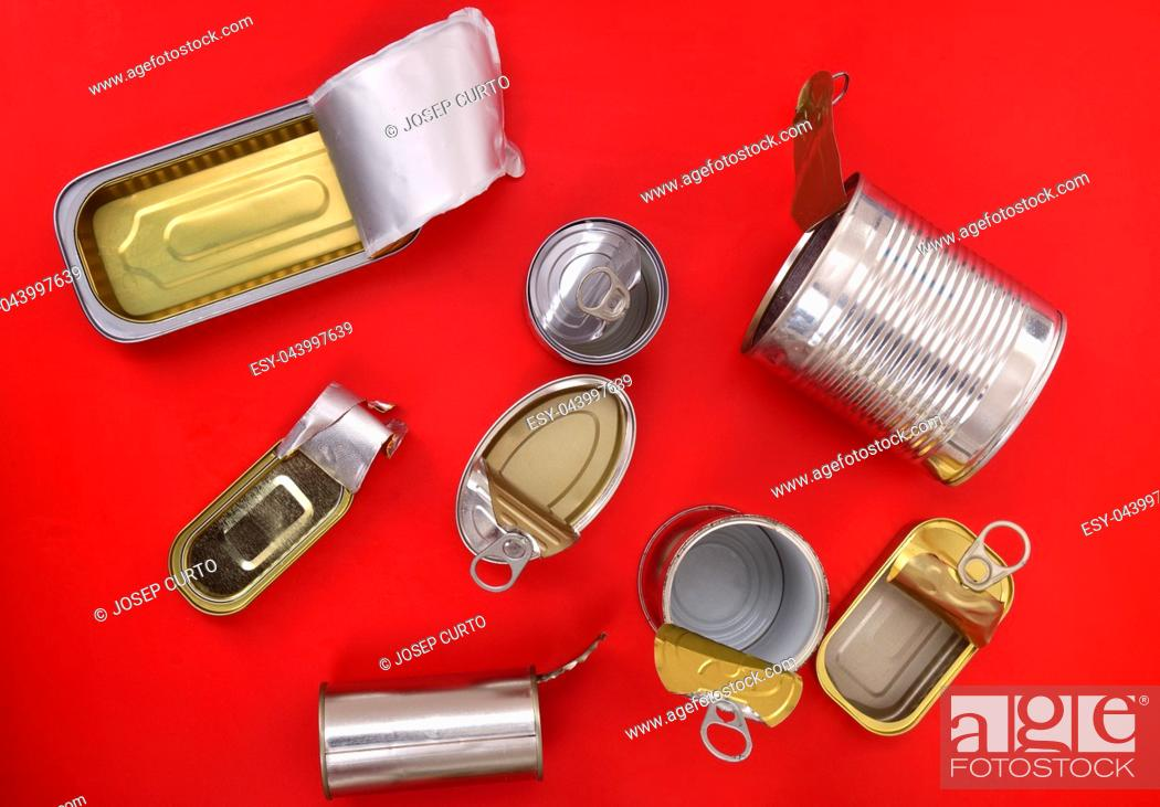 Imagen: top view of tin can isolated on red.