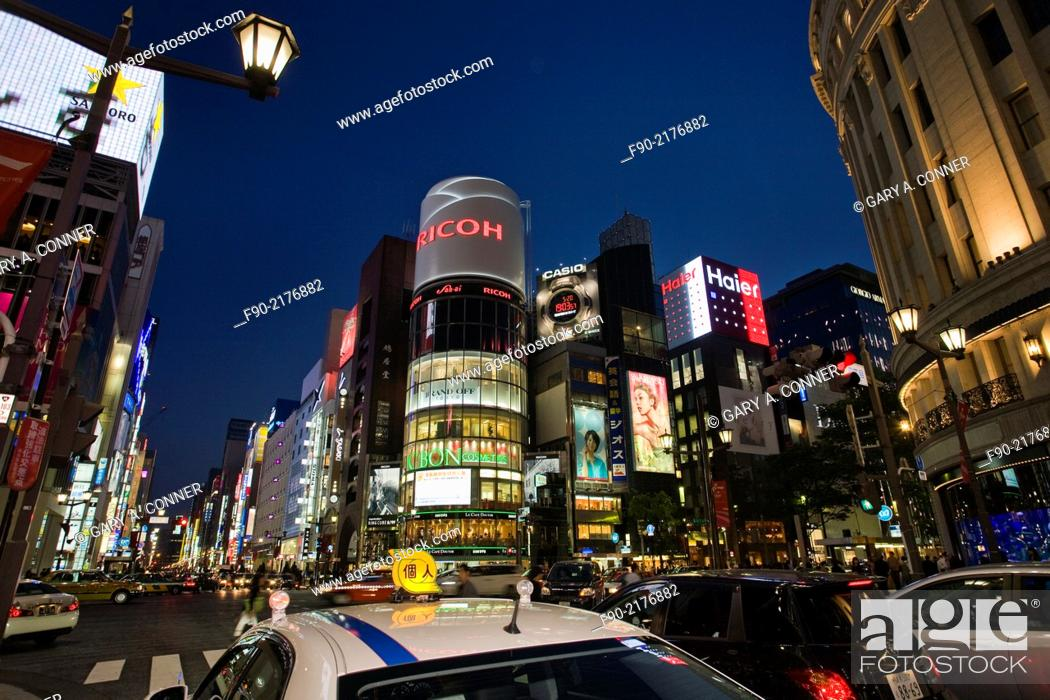Imagen: Taxi traffic at dusk in Ginza, Tokyo, Japan.