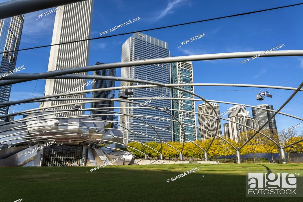 Stock Photo: Jay Pritzker Pavilion, designed by architect Frank Gehry, and skyscrapers along East Randolph Street in the background. Chicago, Illinois, USA.