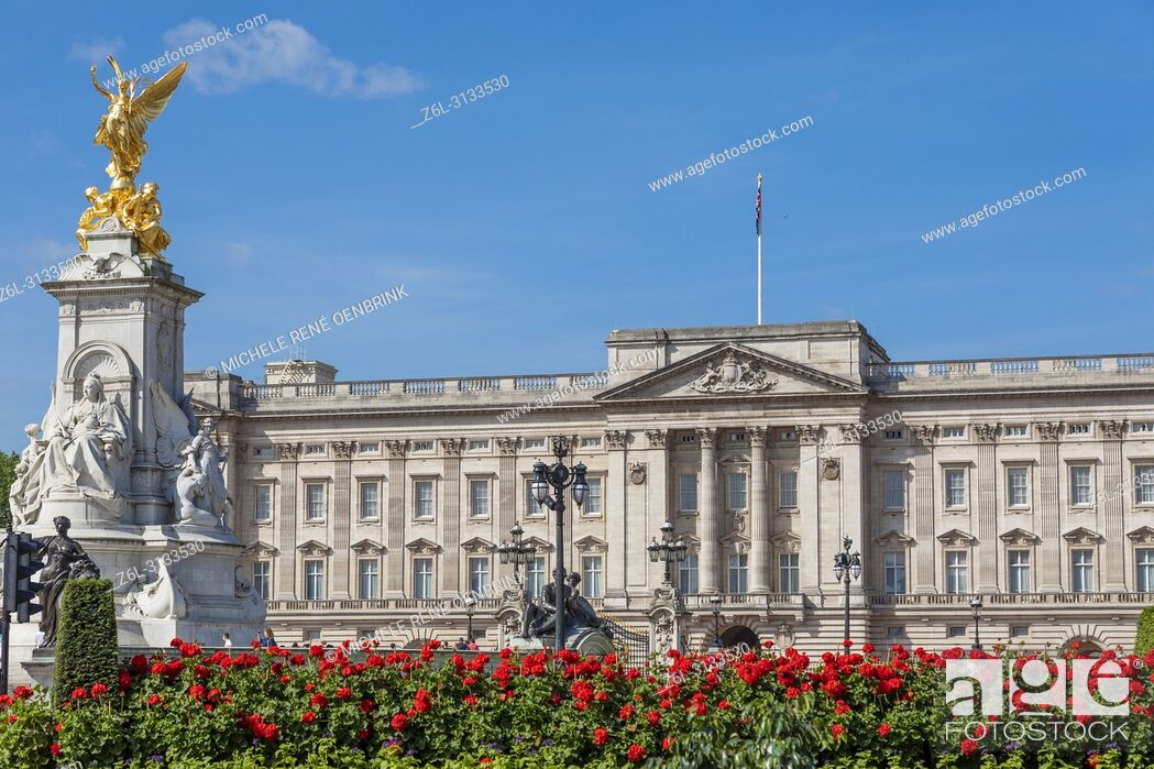 Imagen: Summer flowers in front of Buckingham Palace in London England headquarters of the monarch of the United Kingdom.