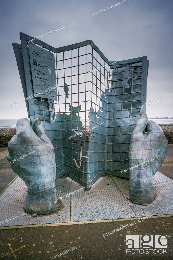 Imagen: A sculpture of two large hands hold an unfolding map.