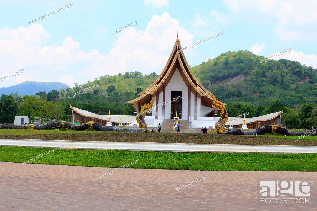 Imagen: Long shot of a beautiful white Buddhist temple with dragon fountains at Ban Nong Chaeng, Phetchabun Thailand.