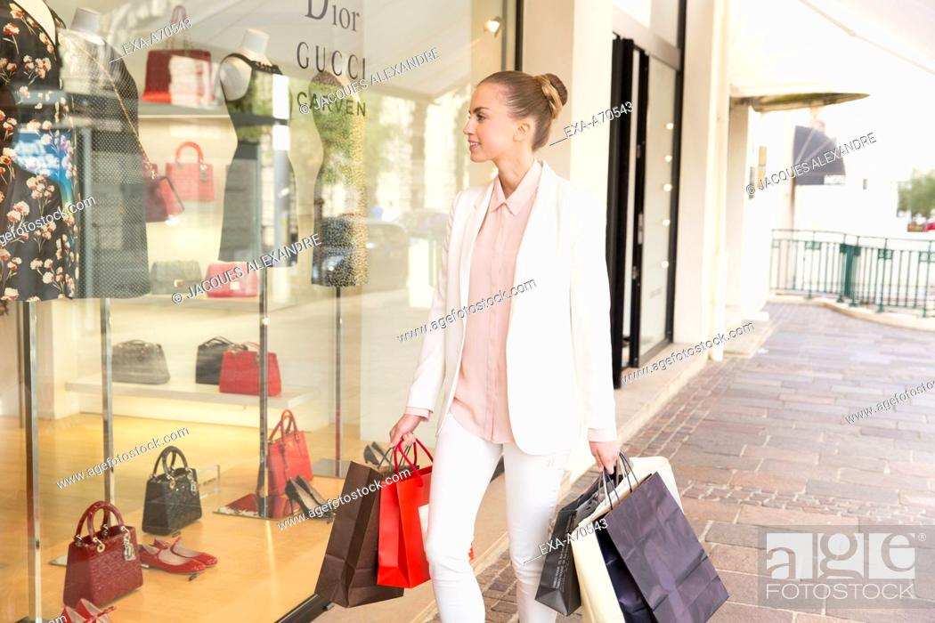 Imagen: Young woman shopping.
