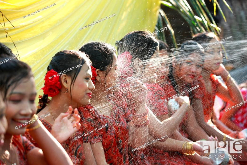 Imagen: Ethnic Rakhain community celebrates water festival It is a part of their New Year celebration Young boys and girls throw water to each other to express their.