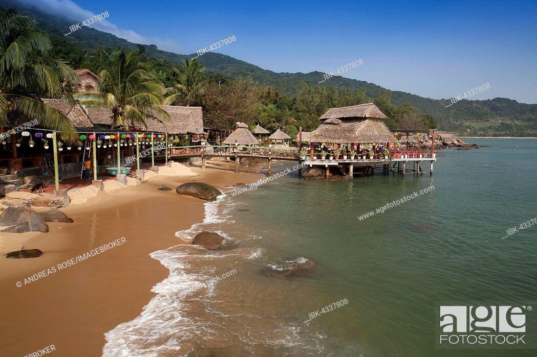 Imagen: Bamboo huts on the beach at Rangbeach, Danang or Da nang, Quang Nam Province, Vietnam.
