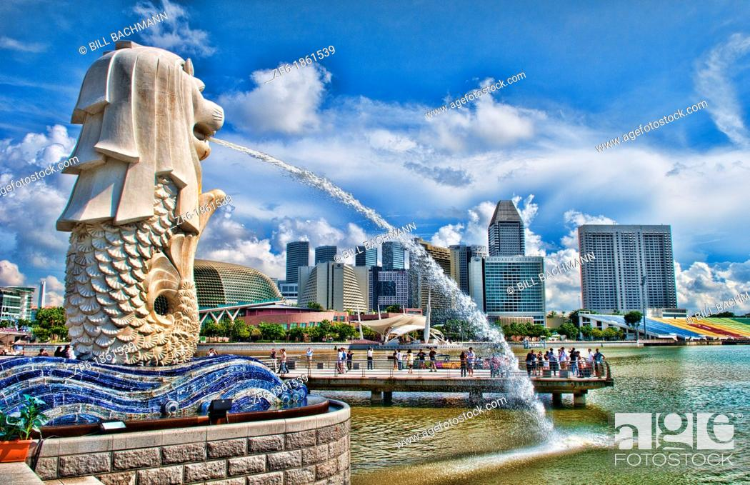 Imagen: Singapore, Singapore city, Downtown with famous Lion, Merlion and skyline of city in Fullerton Area of Clarke Quay area.