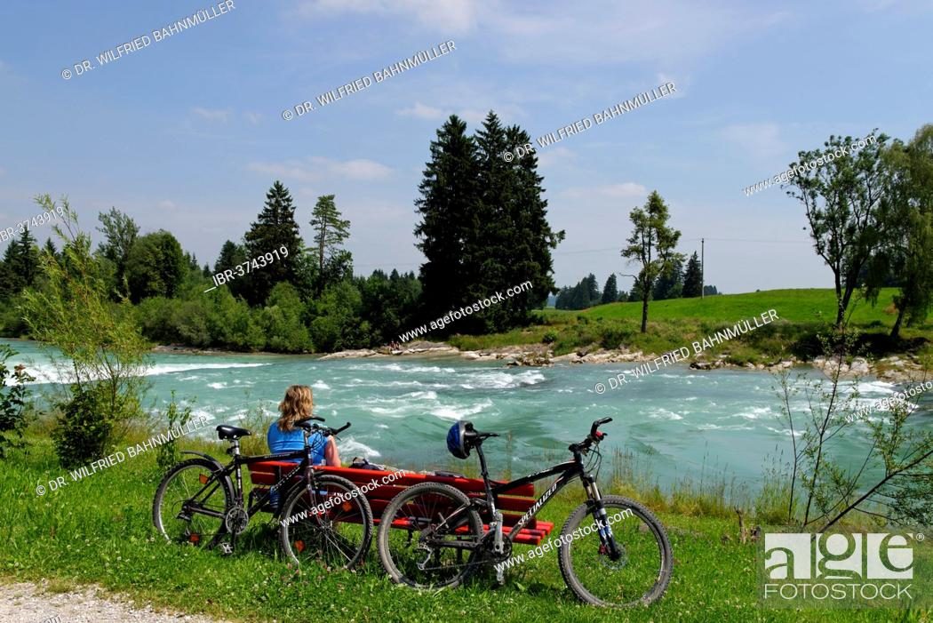 Imagen: Cyclists during a break at the Lech river, Way of St James, Lechbruck am See, Swabia, Bavaria, Germany.