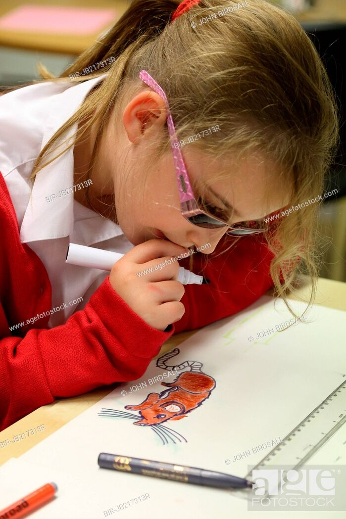 Imagen: Girl drawing and colouring at Mysight charity for children with visual impairments, Nottingham.