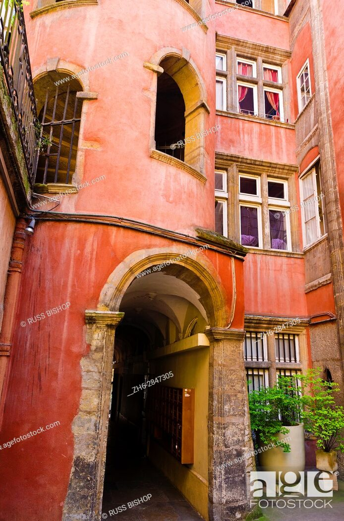 Imagen: Courtyard at the Long Traboule in old town Vieux Lyon, France (UNESCO World Heritage Site).