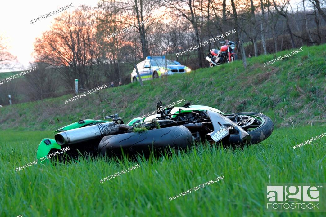 Stock Photo: 07 April 2019, North Rhine-Westphalia, Wipperfürth: A motorcycle lies after an accident off the L284 in the direction of Wipperfürth-Leiersmühle (Oberbergischer.