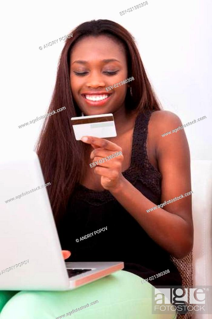 Imagen: Woman With Credit Card Shopping Online At Home.