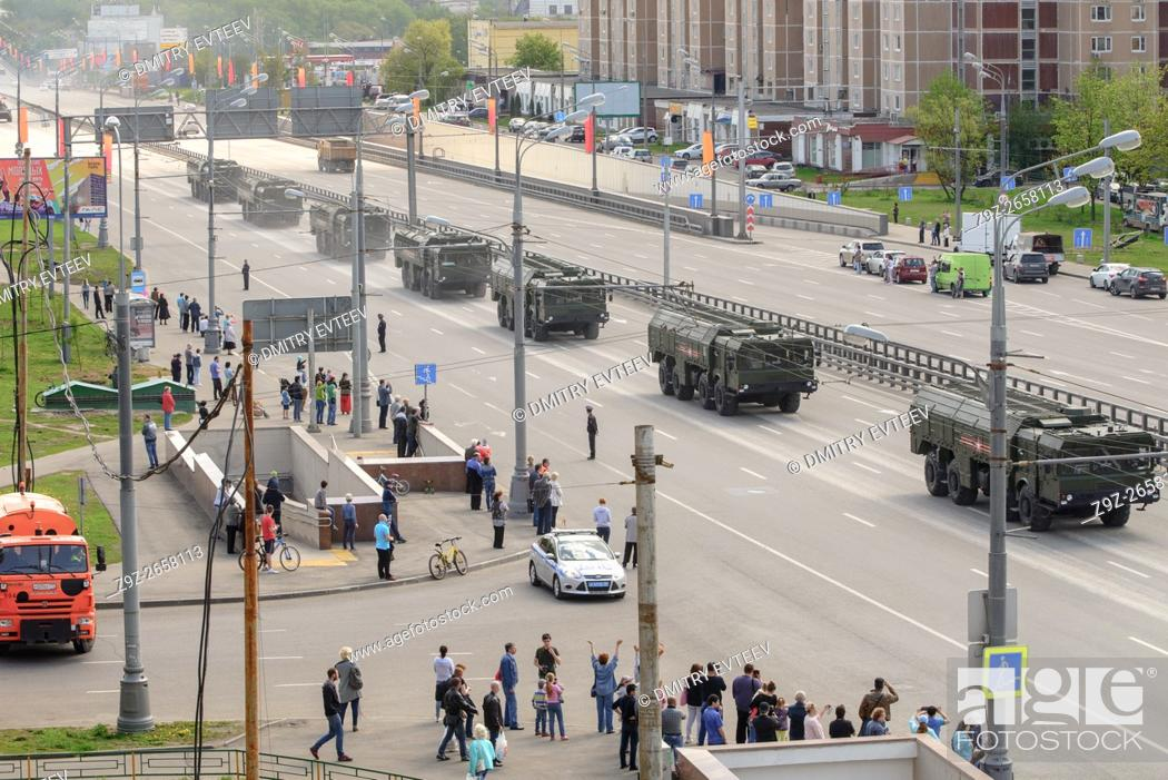 Imagen: Military technics are coming back to base location from general Victory parade try-out through Moscow street - Zvenigorodskoe shosse on 7 May 2016.