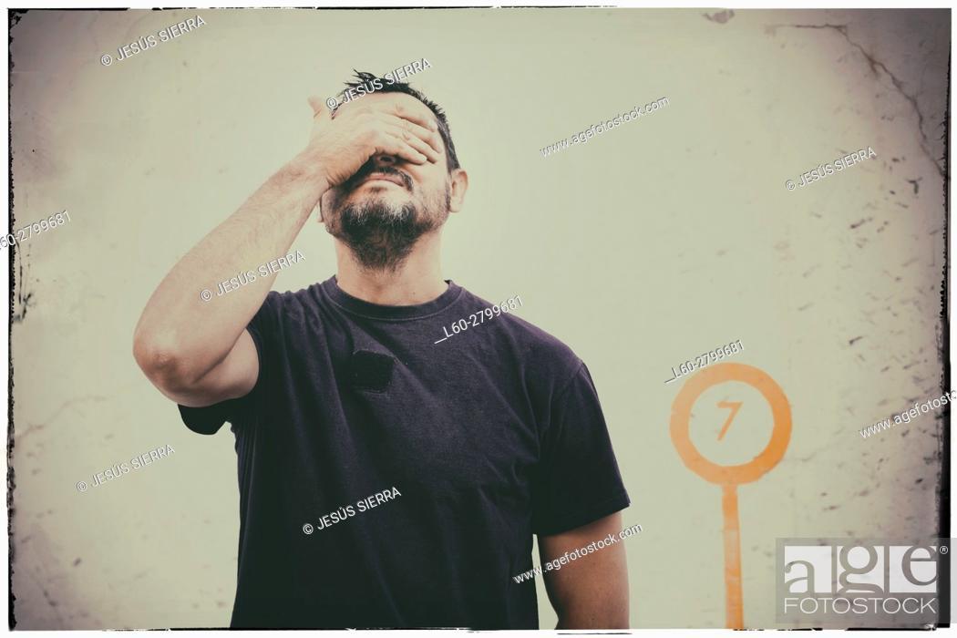Imagen: Man covering his eyes.