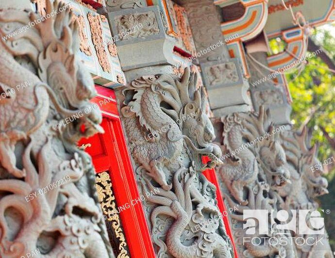 Photo de stock: dragon statue in temple.