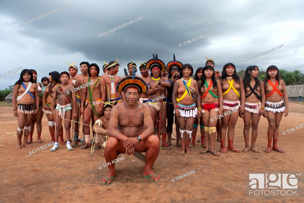 Photo de stock: traditional dance by Xingu indians in the Amazon, Brazil.