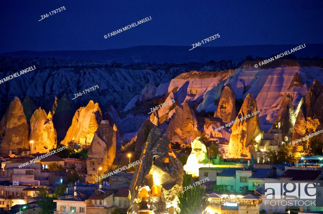 Imagen: Houses and cave dwelings in fairy chimneys in Goreme at dusk  Cappadocia, Anatolia, Turkey.