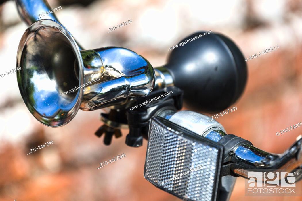 Imagen: Old fashioned bicycle horn. Norfolk Broads villages UK.