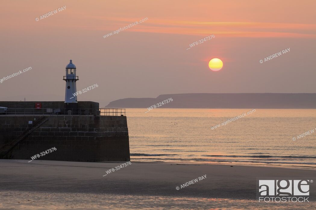 Imagen: The lighthouse on Smeatons Pier at St Ives on the North coast of Cornwall, captured using a telephoto lens on a morning in early May.