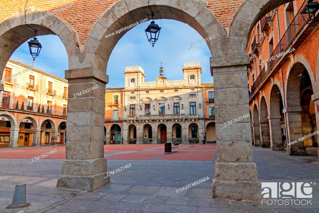 Imagen: Mercado Chico Square and City Hall, Avila, Castile and Leon, Spain. UNESCO World Heritage Site.