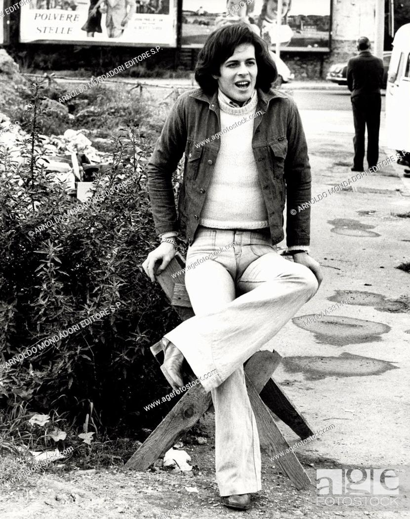 Imagen: Claudio Baglioni in the outskirts of Rome. The Italian singer Claudio Baglioni leans on an improvised chair in the outskirts of the city. Rome, 1974.