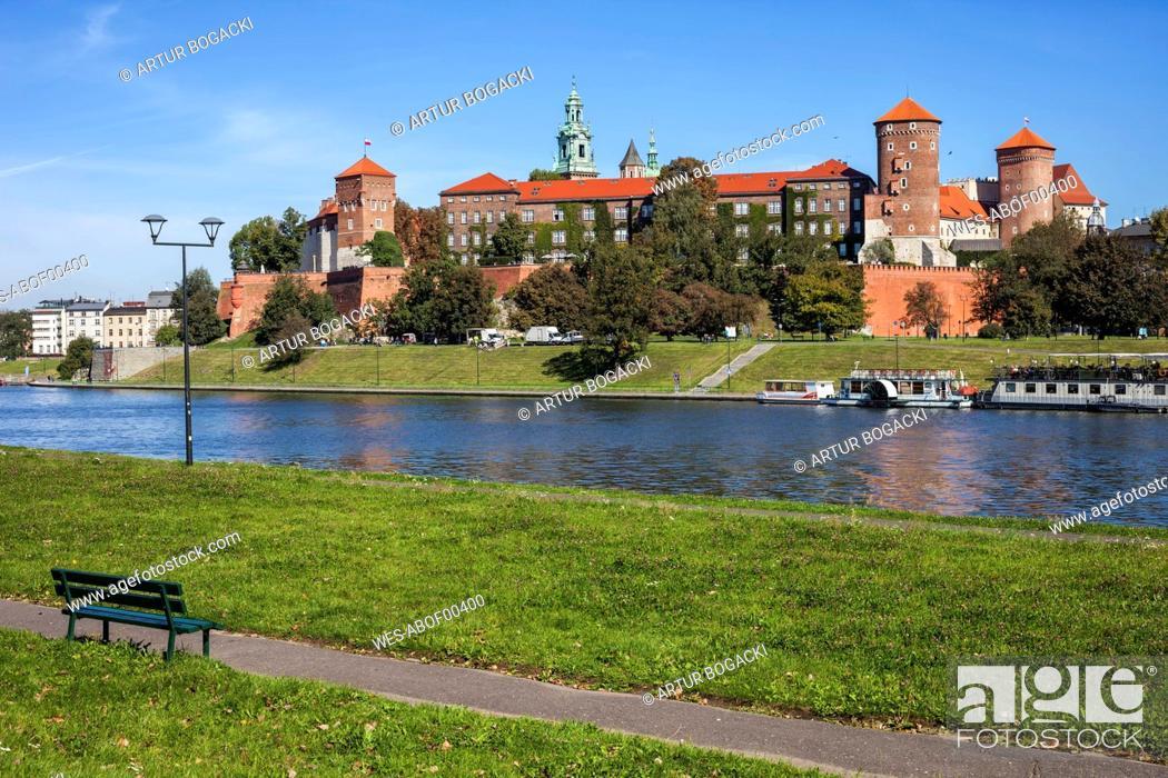 Stock Photo: Poland, Krakow, Wawel Castle at the Vistula River.