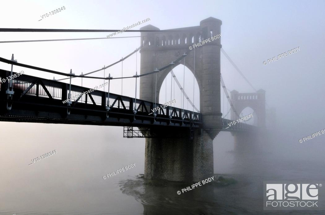 Stock Photo: France, Indre-et-Loire, Loire Valley on the UNESCO World heritage list, fog over the Loire river at the bridge of Langeais.