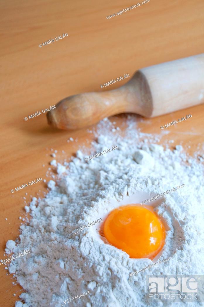Imagen: Egg yolk in flour.