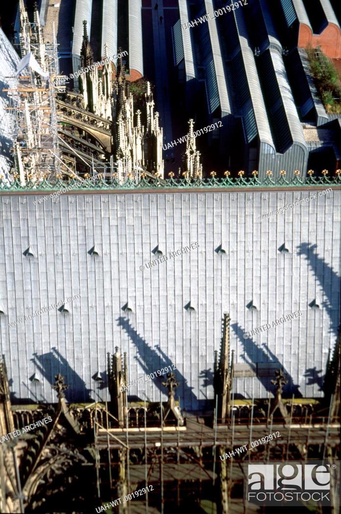 Blick Vom Sudturm Des Kolner Doms Auf Das Dach Des Seitenschiffs Im