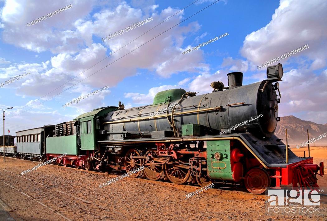 Imagen: Historic disused railway train with steam locomotive in Wadi Rum east of Aqaba Aqaba, Jordan.