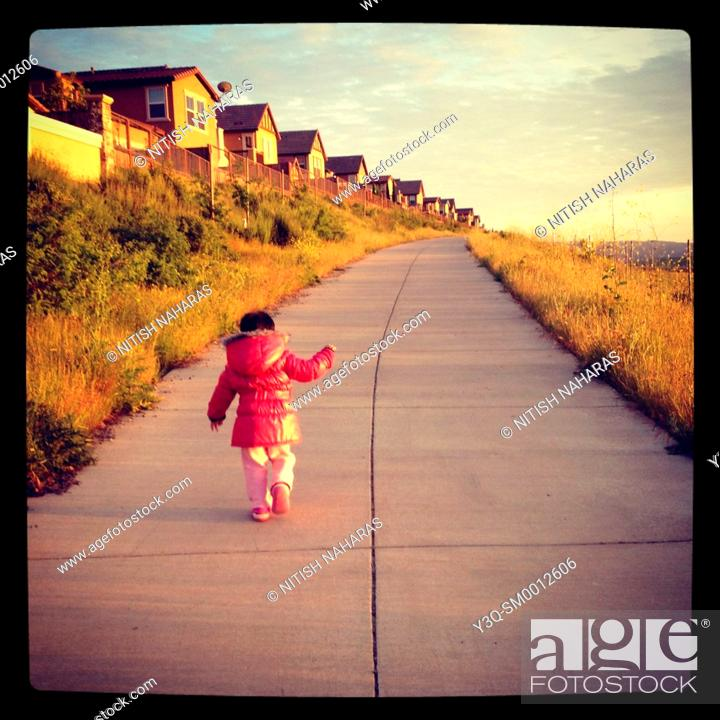 Imagen: Suburbia - a child on a walk next to a row of houses in San Ramon, California, USA.